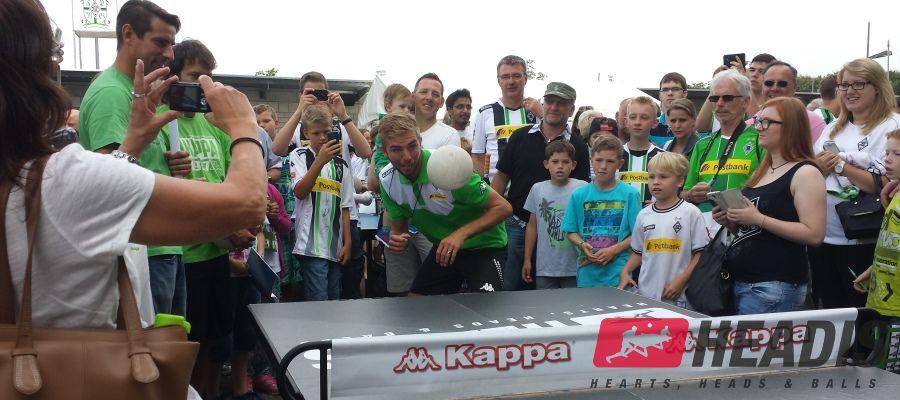 Fußball Weltmeister Christoph Kramer spielt Headis